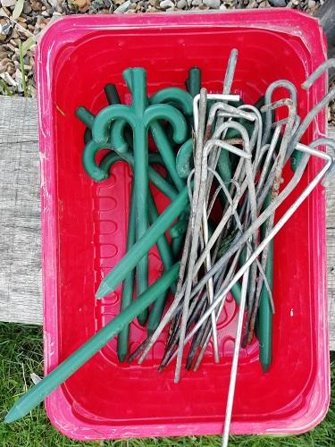 piquets lavés pour ranger le matériel à tomates